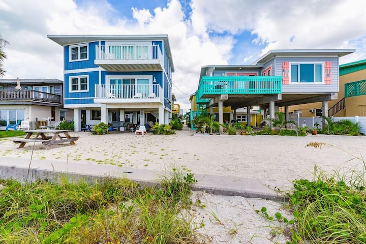 ⭐BUNGALOW ON A PRIVATE BEACH ⭐IN CLEARWATER -BELLEAIR BEACH