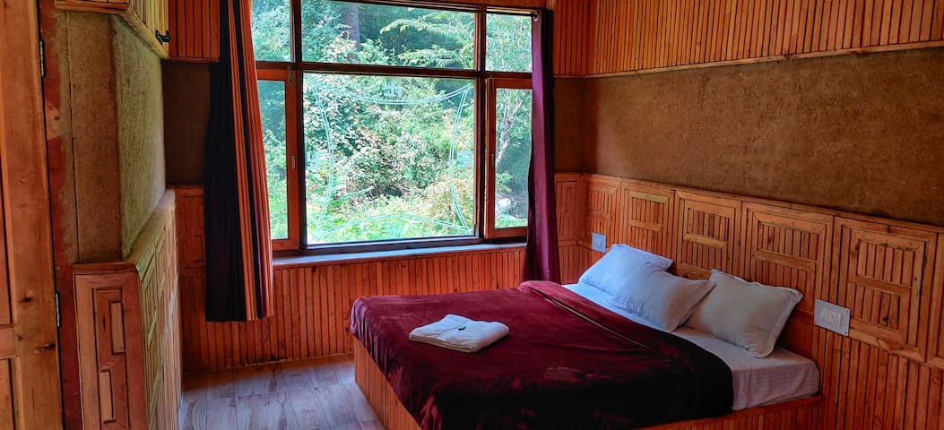 Peaceful Mountain Cottage| Parking| Riverfront