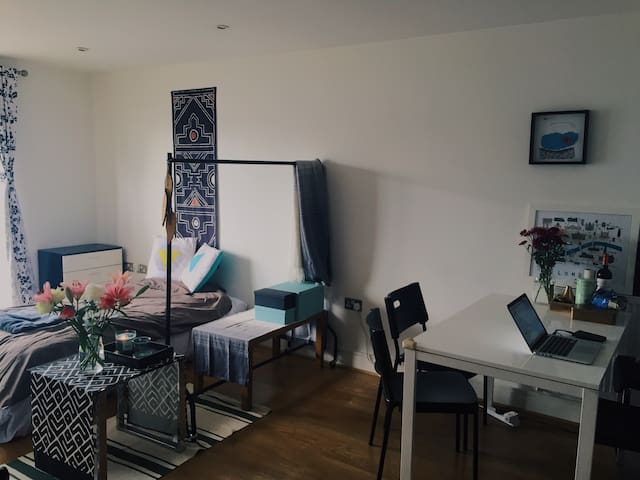 Clean Single bed in East London - Londen