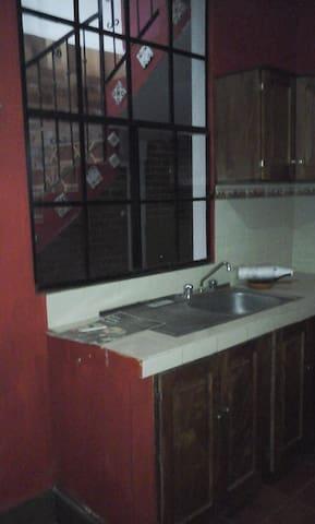 La  cocina cuenta con lavatrastos y gabinetes