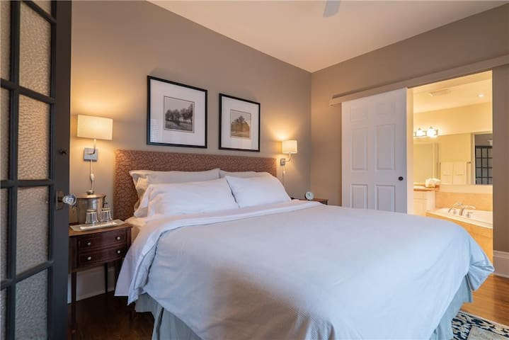 CHARDONNAY ROOM: Closest Air bnb to the Falls
