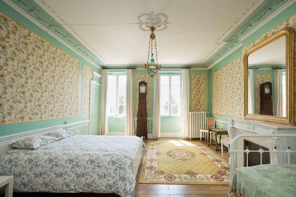 chambre très spacieuse qui peut être intégrée dans une suite familiale pouvant accueillir une famille avec 5 enfants