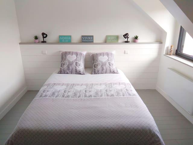 Chambre avec lit 140*190 (literie neuve de qualité) et possibilité d'un 5eme couchage sur chauffeuse ainsi qu ajout d'un lit bébé.