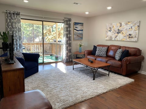 Cozy updated 2 BR Condo in prime locale W/King bed