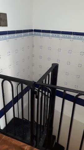 Escalera de caracol con puerta seguridad para bajada a sótano