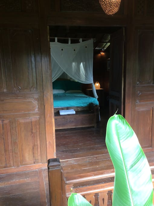 Ubud total privacy jungle view wood home deluxe chalet for Camera letto jungle