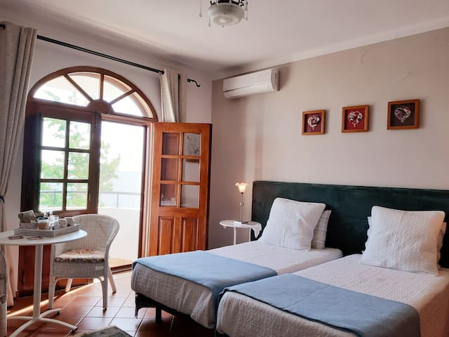 Double room / private bathroom. Walk to the beach.