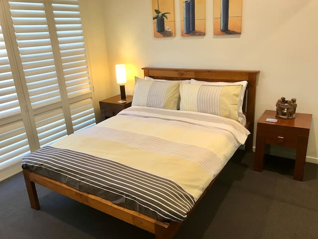 2 Beautiful Bedrooms Near Airport - FAST FREE WIFI