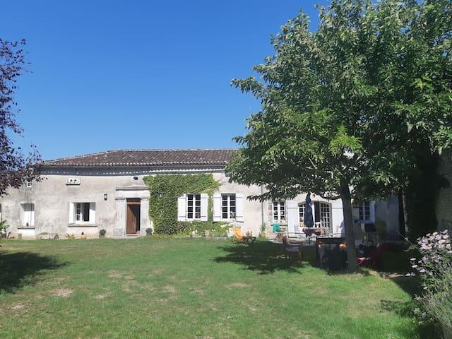 Maison charentaise dans la région de Cognac.