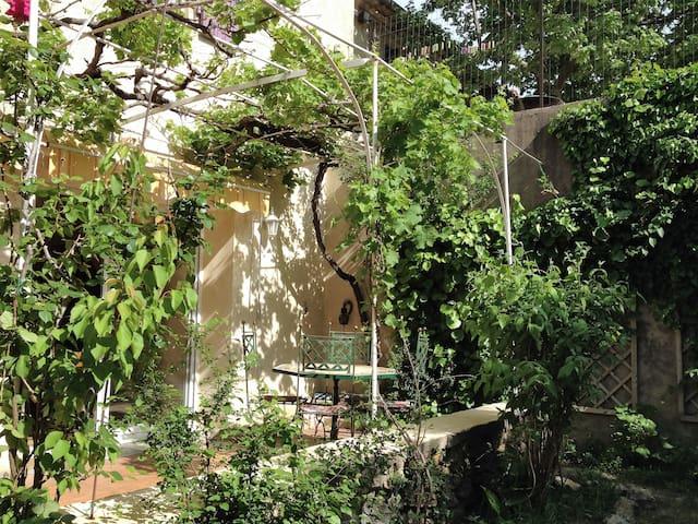 Chambre ensoleillée et calme, avec vue sur jardin - Sorgues - Guesthouse