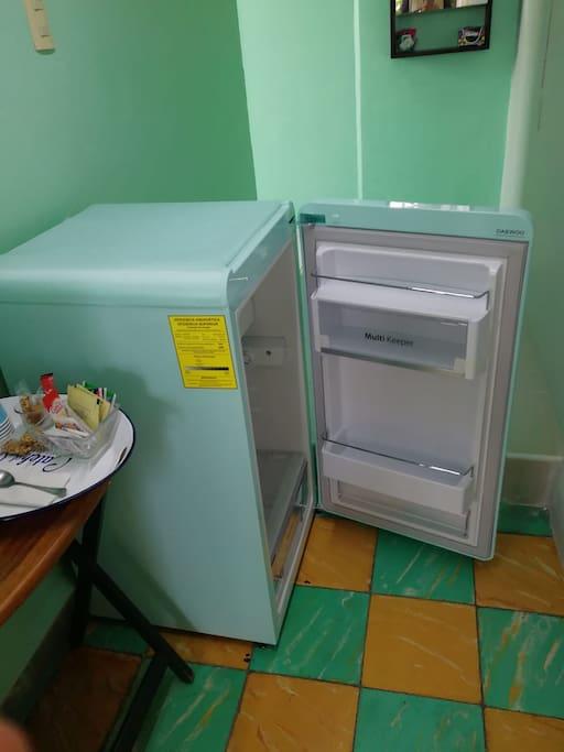 Para tu comodidad, tenemos un frigobar para que puedas tener bebidas frías y algunas otras cosas para prepararte un snack.  For your convenience, the room has a minibar so you can have cold drinks and some things to prepare a snack.