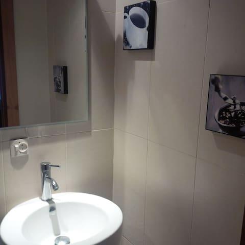 une autre toilette avec porte coulissante