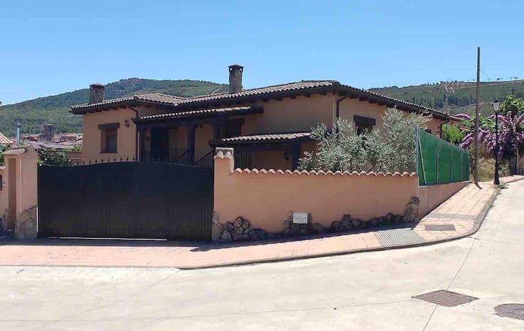 Una casa en la Sierra de Gata, con piscina.