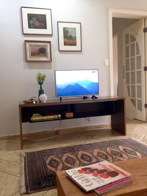 Sala de TV e porta do corredor para os quartos