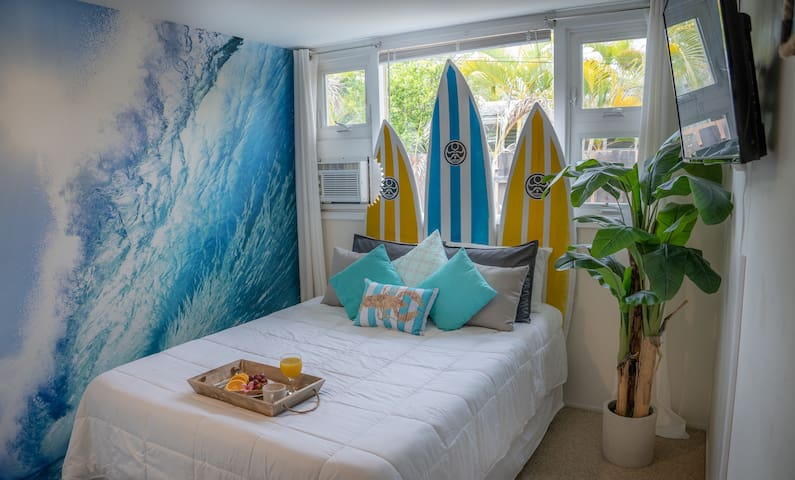 Across the Street From the Beach!! - Ka Nalu Room