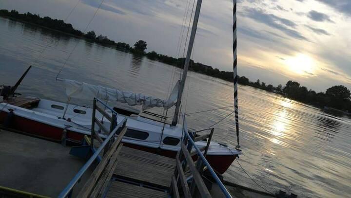 Sailboat on the lake.