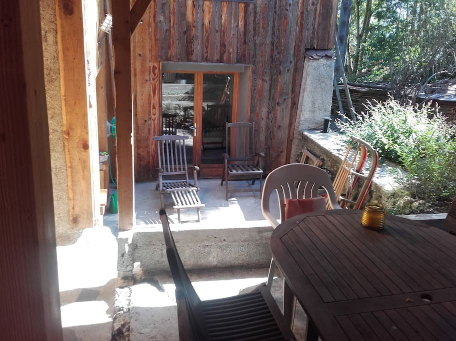 Petite cour, avec terrasse couverte