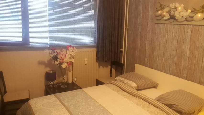 Nice Private Room double bed very close to metro - Amsterdam-Zuidoost - Apartment