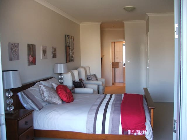 Large private room-ensuite - Bruce - Flat