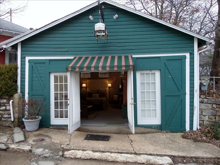Texaco Bungalette - Adorable, Unique Queen Studio on the Historic Loop, 3 Blocks from Downtown