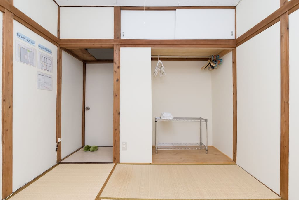 (I added a refrigerator and the microwave oven to a closet.)押入れに冷蔵庫と電子レンジも追加しました。