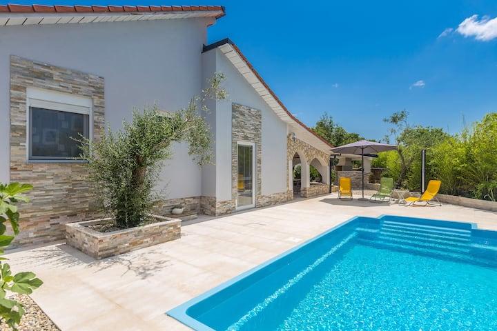 Prekrasna kuća sa bazenom za 6 osoba