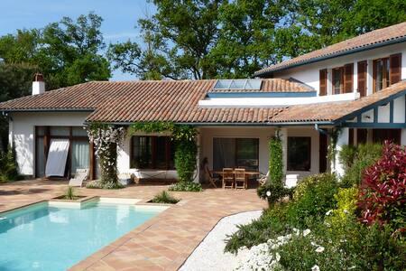 maison de charme, piscine et jardin luxuriant - ビアリッツ
