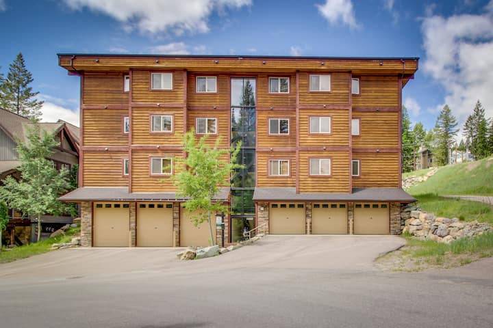 Charming Dog-Friendly Condo w/ Shared Hot Tub - Walk to the Slopes!