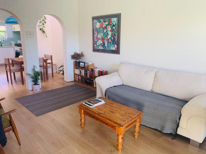 Quaint & bright private room - close to the city