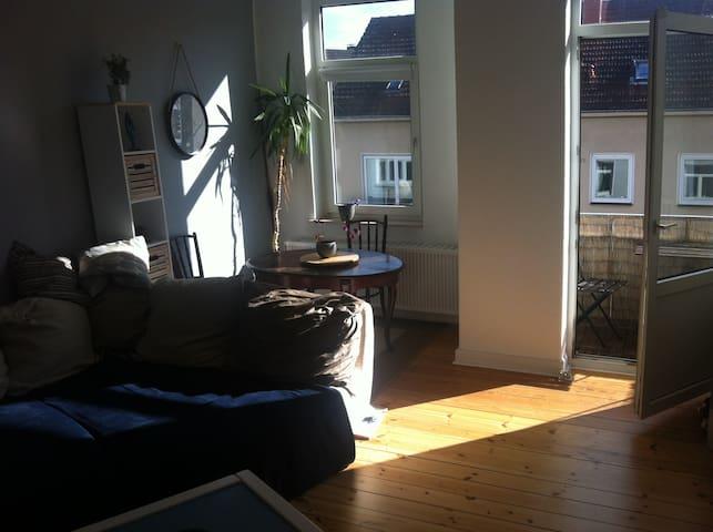 Schöne Altbauwohnung mit 2 Balkonen in bester Lage