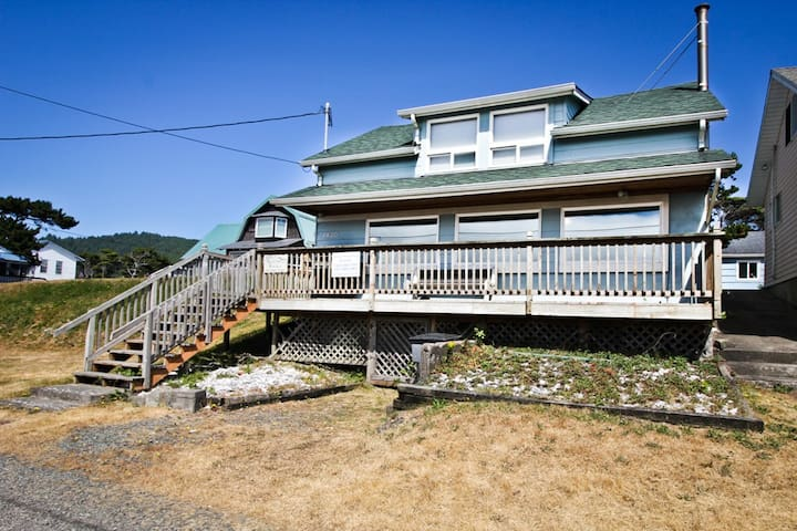 ELBOWS INN~Enjoy the view from this historic coastal home!!! - 3 Bedroom, 2 Bathroom