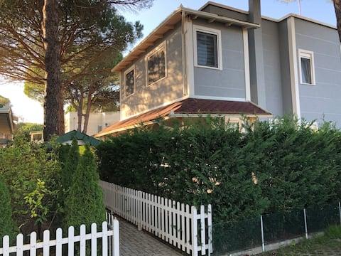 O casă de vacanță frumoasă la Lalzi Bay /Lura Resort