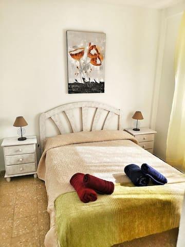Habitación reformada y luminosa de matrimonio