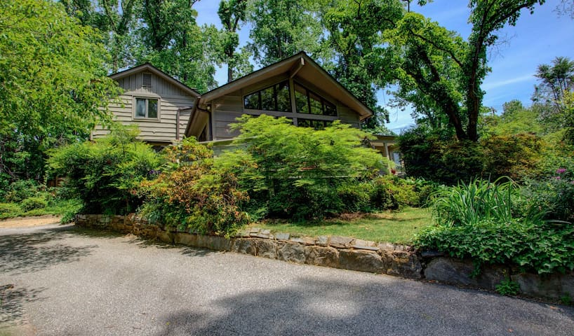 A Tryon Storybook Cottage: Downtown Tryon gem, convenient to TIEC