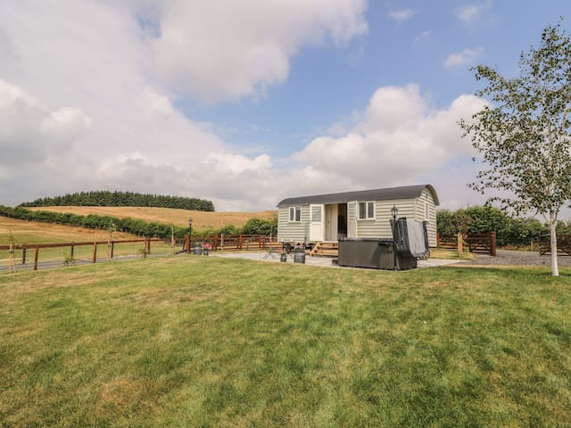 HILLSIDE VIEW, pet friendly, with hot tub in Rhayader, Ref 976617