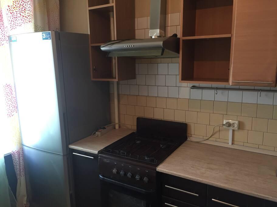 Кухня. Есть все необходимое:холодильник,плита,СВЧ печь,посуда