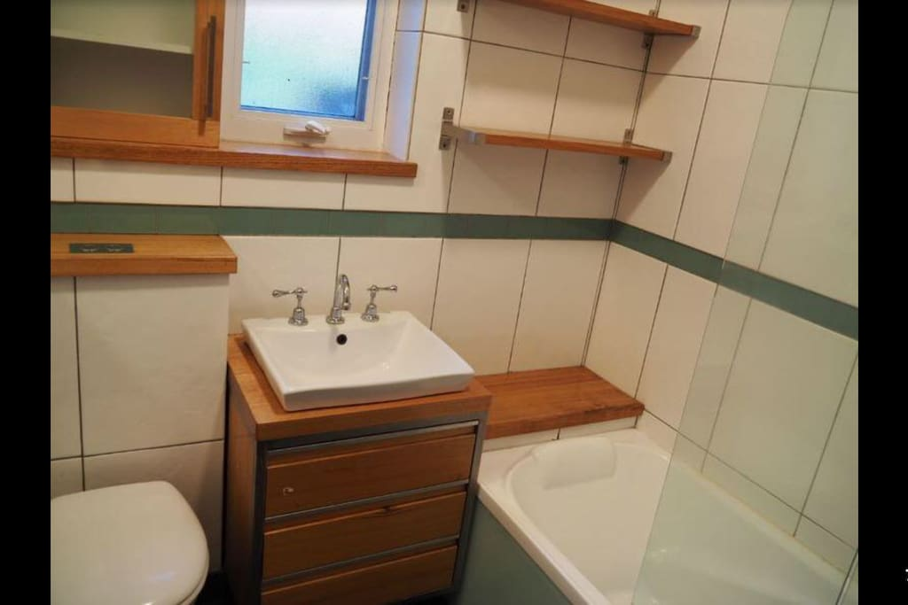 Art Deco bathtub with rain shower