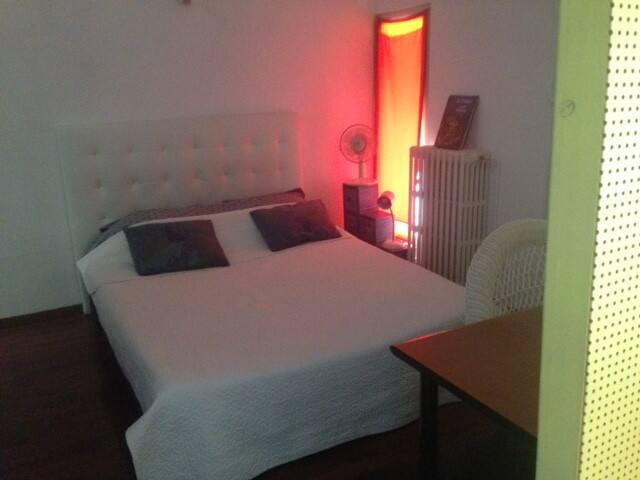 chambre lit double avec matelas mémoire de forme tout neuf, très ensoleillée.