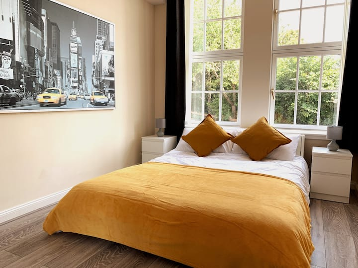 Modern 2 bed apartment in West End - Free parking