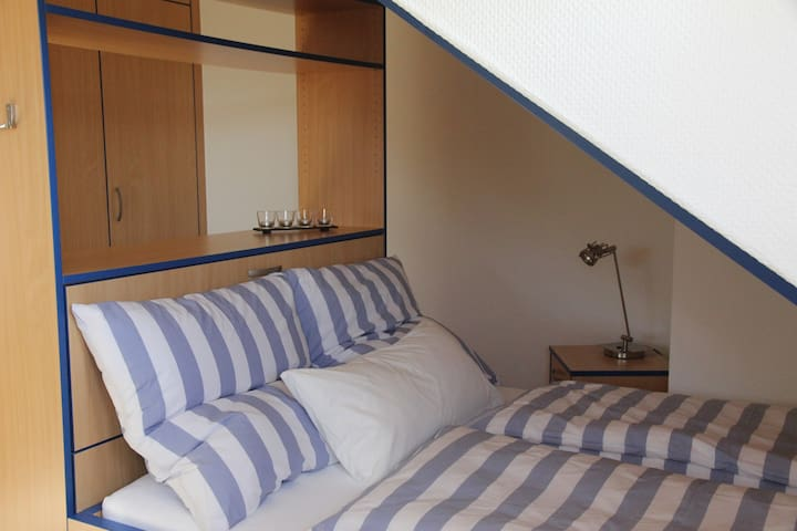 Helles, großzügiges Zimmer mit toller Aussicht - Bretzfeld - Huis