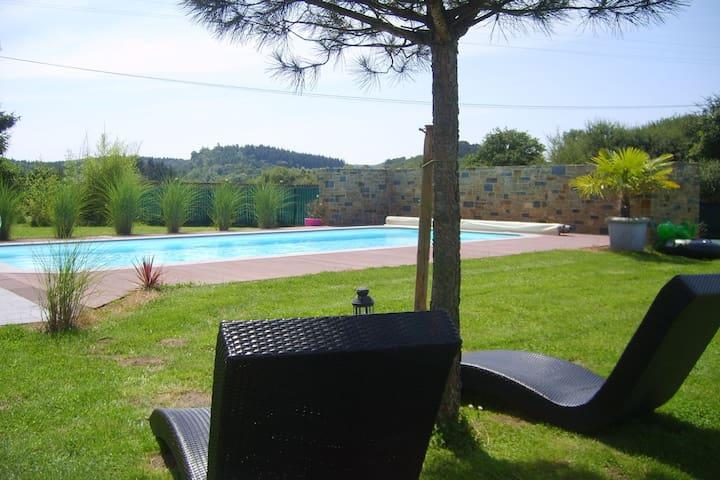 Casa moderna con piscina riscaldata, offre tranquillità e un paesaggio unico