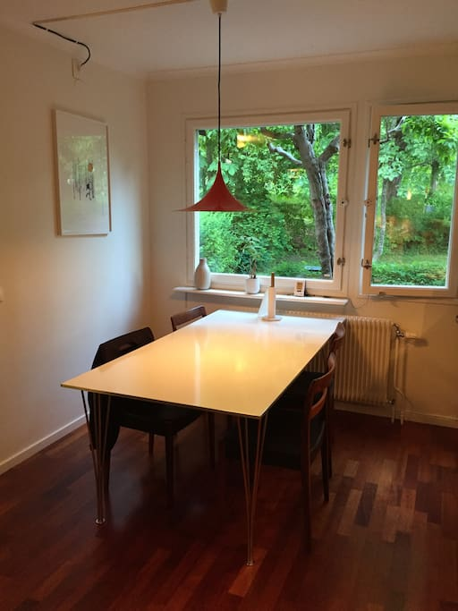 Matplats i kök med plats för 4-6 personer.