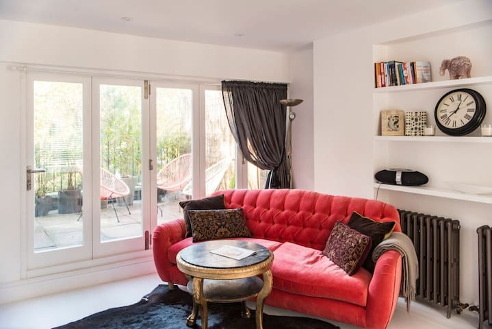 Enjoy Central London at a suave Nottinghill home.