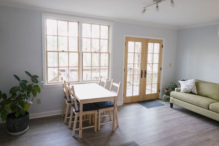 Private + quiet apt 2 mi  from downtown Asheville - Asheville