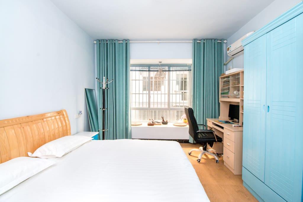一米八的大床,有榻榻米,有空调电脑WiFi、有独立卫生间浴霸、沙发