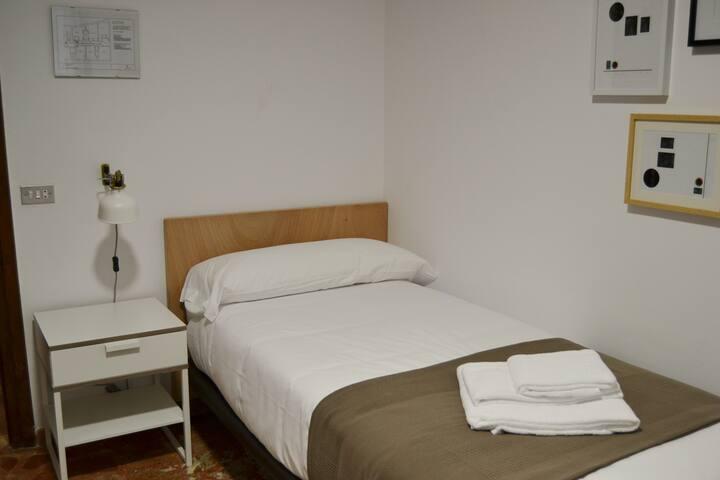 Habitación 1 · ANGUIANO - Hab. individual -VISTAS CALLE PRINCIPAL