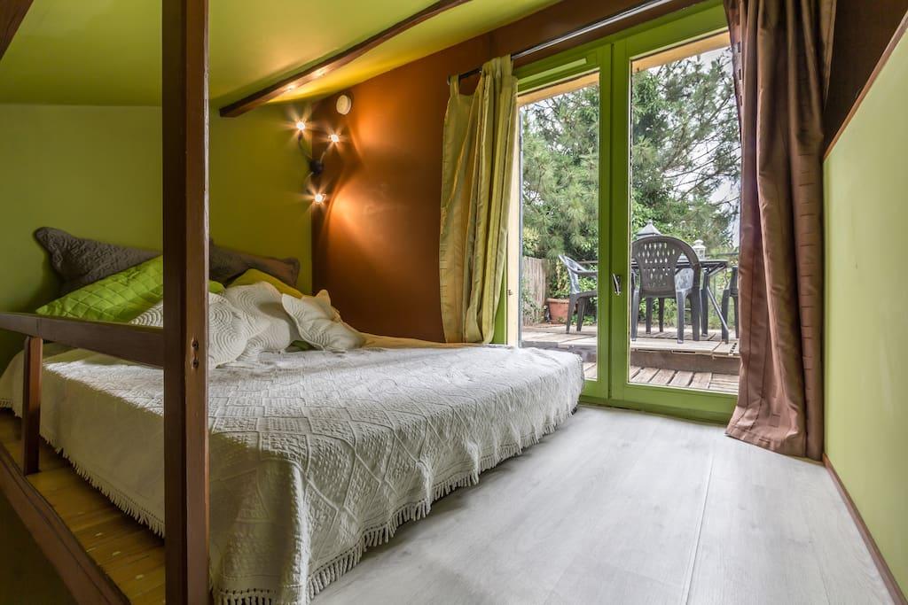 Deuxième Lit 2 places en 140 avec vue sur votre terrasse privée . Accès par petit escalier