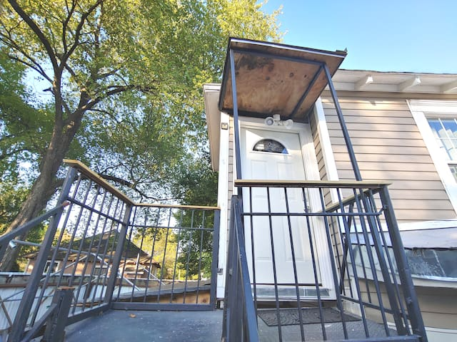 UPSTAIRS-Cozy Eado Apt. minutes from Downtown