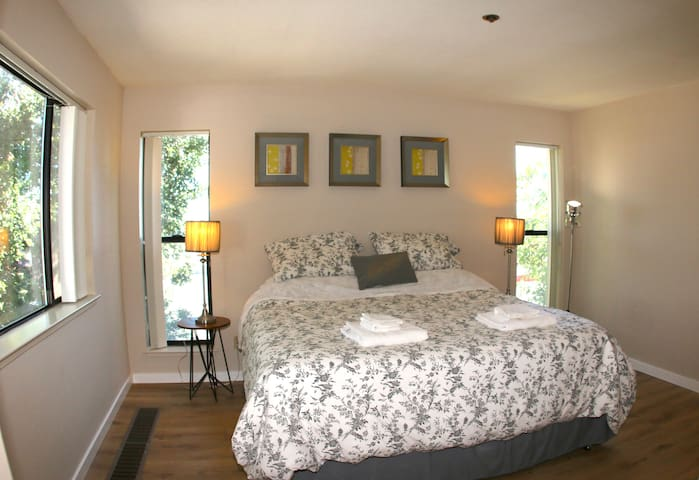Sunny 2 bedroom at perfect location