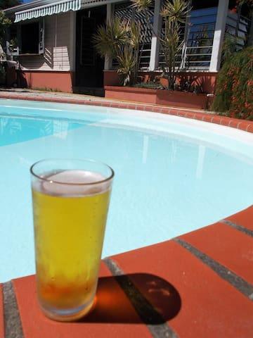 une bonne bière bien fraîche au bord de la piscine